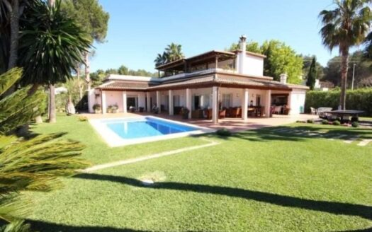 This Amazing 5 Bed Villa on a 2190m2 Plot in a Quiet Location Close to all Amenities