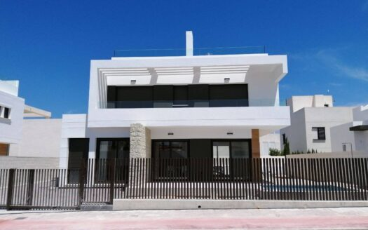 KEY IN HAND! Exclusive detached villa 950m from the beach in Mil Palmeras